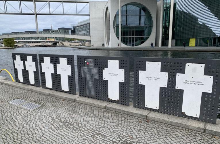 'Raad der Wijzen' samengesteld rondom herdenkingsmonument communistische tirannie