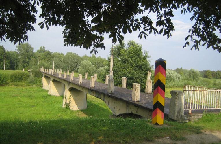 De laatste DDR-grens 'valt'